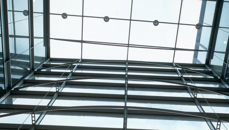 SPIDERGLASS POINT zijn puntbevestigingen voor geschroefde beglazingen zoals grote glazen gevels of in balustrades, trapleuningen & scheidingswanden.