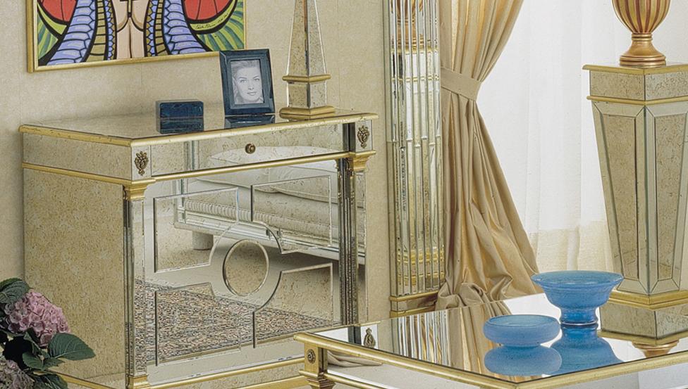 Een vintage spiegel met gedempte reflectie als onderdeel van meubilair
