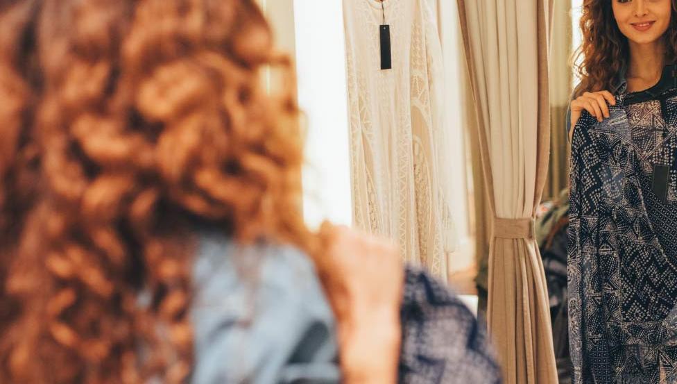 MIRALITE NATURA | Spiegel met warme tinten ideaal voor winkels, kapsalons & pashokjes | Saint-Gobain Building Glass
